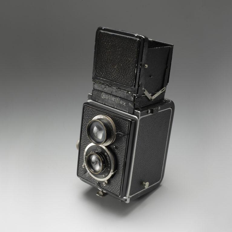 Appareil Rolleiflex pour le format 6x6 cm, premier modèle, vers 1930. Son système de visée le rend très discret et fort apprécié des premiers reporters