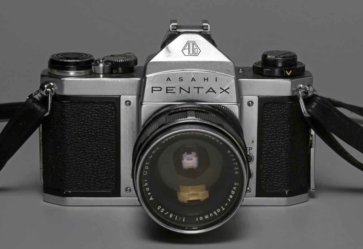 Appareil Asahi Pentax SV, équipé d'un objectif Asahi Pentax f/1.8 : 55mm, n° d'inv. 18237, collections MSAP.